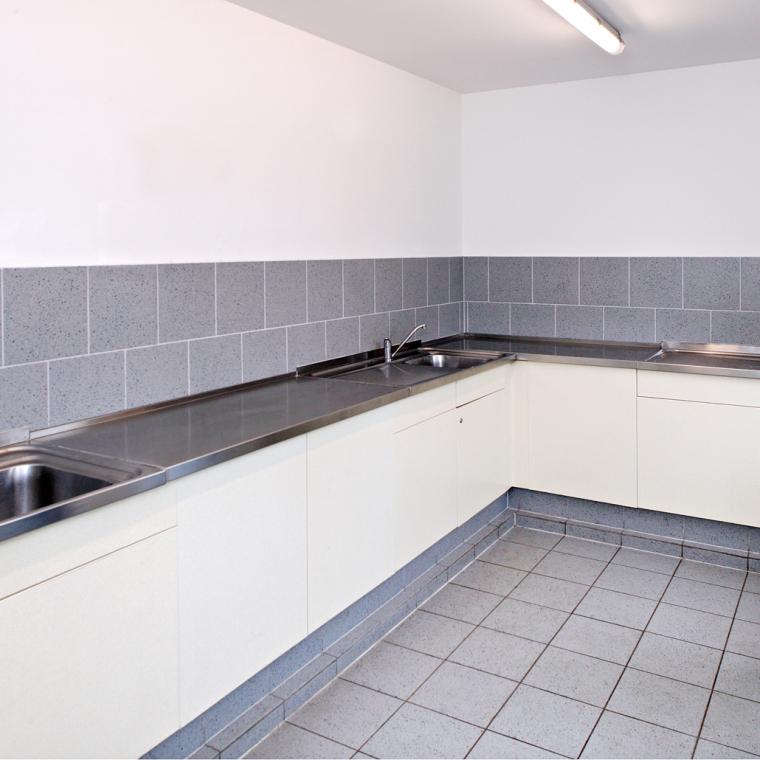 Geschirrspülbecken in allen Gebäuden vorhanden
