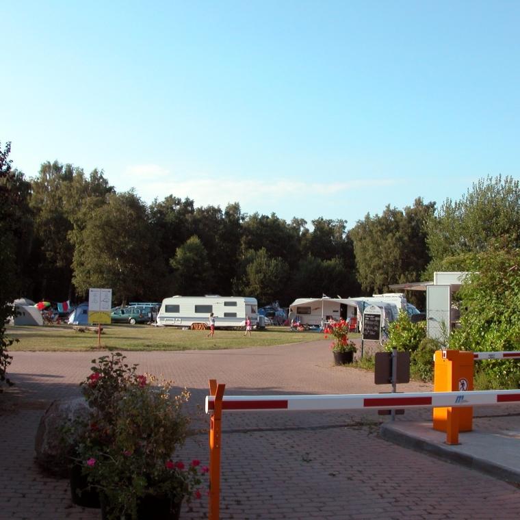 Die Einfahrt zum Campingplatzgelände