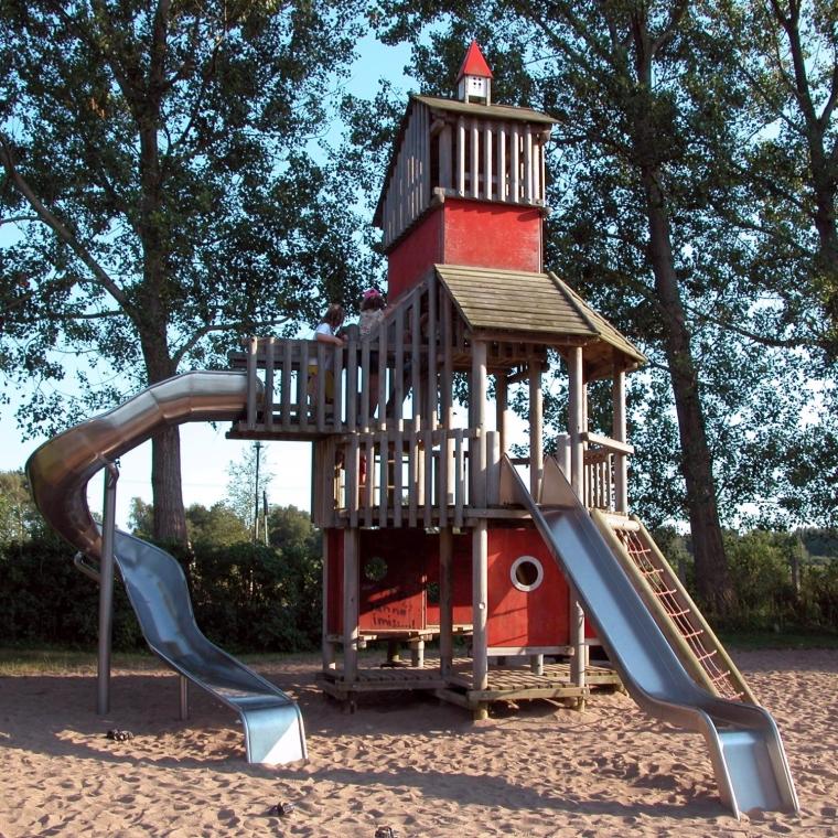 Der Kletterturm auf dem Spielplatz im OstseeCamp Dierhagen
